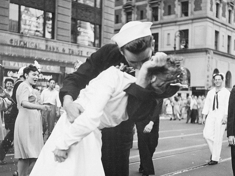 Моряк и медсестра с Таймс-сквер